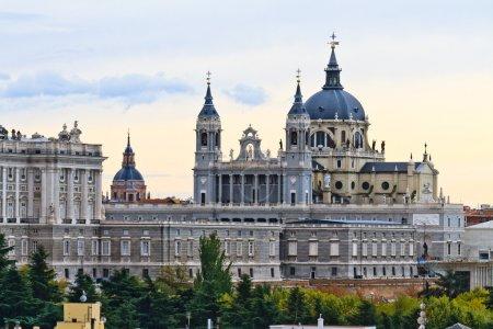 Photo pour Cathédrale de l'Almudena, Madrid, Espagne - image libre de droit