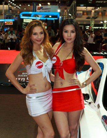 Photo pour Bangkok - 23 juin : deux modèles féminins non identifiés de fhm magazine sur spectacle au cours de bangkok international auto salon 2012 à challenger impact sur 23 juin 2012 à bangkok, Thaïlande. - image libre de droit