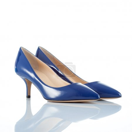 Photo pour Paire de chaussures à talons hauts féminines en cuir verni bleu. isolé sur blanc - image libre de droit