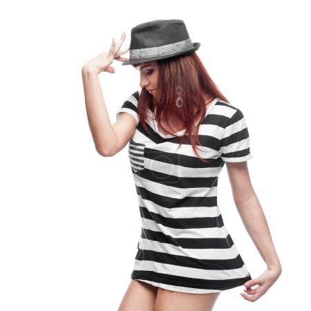 Photo pour Jeune femme brune causasienne décontractée élégante en chapeau et robe courte noire et blanche. isolé sur blanc - image libre de droit