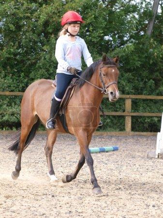 Photo pour Une jeune fille trotte un poney vers la caméra . - image libre de droit