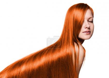Foto de Retrato de una bella mujer con pelo lacio brillante sano rojo, aislado en blanco - Imagen libre de derechos