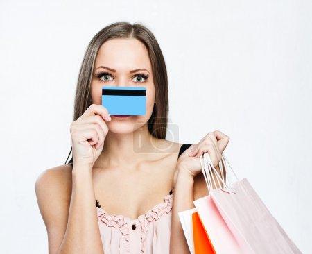 Photo pour Jolie femme belle tenue des sacs à provisions et carte de crédit - image libre de droit