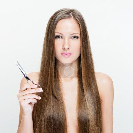 Photo pour Portrait de femme sur fond blanc avec ciseaux - image libre de droit