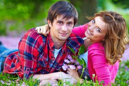 Photo pour Heureux couple en amour dans le parc de printemps - image libre de droit