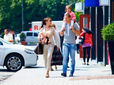 Photo pour Famille marchant dans la rue de la ville, style de vie décontracté - image libre de droit