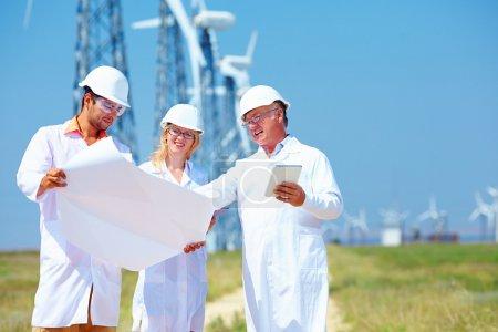 Foto de Científicos discutiendo el proyecto en la estación de energía eólica - Imagen libre de derechos