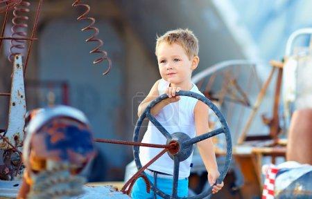 Photo pour Mignon garçon enfant fait semblant de conduire une voiture imaginaire - image libre de droit