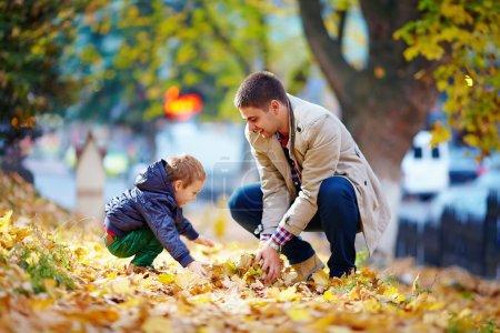 Photo pour Heureux père et fils s'amuser dans le parc automne - image libre de droit