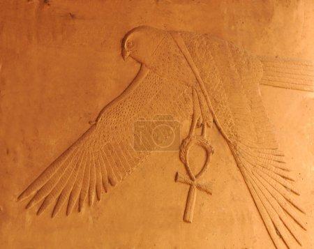 Photo pour Ancienne sculpture égyptienne du dieu faucon horus représenté quartzite rouge, à Louxor en Egypte, portant une cheville avec une magnifique attention aux détails et à la forme - image libre de droit