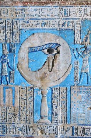 Photo pour Beau relief peint de l'oeil sacré d'horus au temple égyptien antique de la déesse Hathor à Dendera, en Egypte - image libre de droit