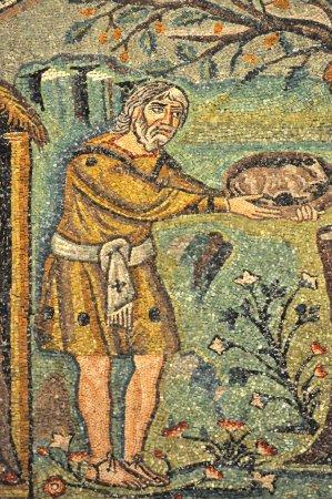 Photo pour Abraham offre un cadeau à trois mystérieux étrangers, qui prédisent qu'il sera à nouveau père. Scène de mosaïques byzantines répertoriées par l'UNESCO dans la basilique St Vitalis - image libre de droit