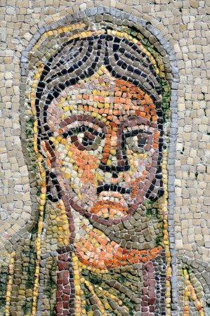 Photo pour Le visage d'un sponsor de femme riche et triste dépeint dans une mosaïque romaine du IVe siècle sur la parole de l'unesco énumérés de la Basilique d'Aquilée en Italie - image libre de droit