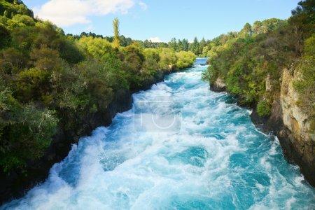 Photo pour Canyon étroit de Huka tombe sur la rivière Waikato, Nouvelle-Zélande - image libre de droit