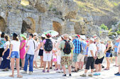 A turistákat a romok idegenvezető
