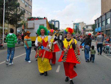 Photo pour Limassol, Chypre - 26 février 2012:: musiciens de l'orchestre en costumes de clown coloré sont amuser pendant la fameuse parade annuelle du carnaval de rue - image libre de droit