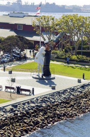 Photo pour La sculpture de capitulation à san diego, Californie, États-Unis d'Amérique, basé sur la photographie par alfred eisenstaedt, d'un marin embrassant une infirmière après la fin de la seconde guerre mondiale. - image libre de droit