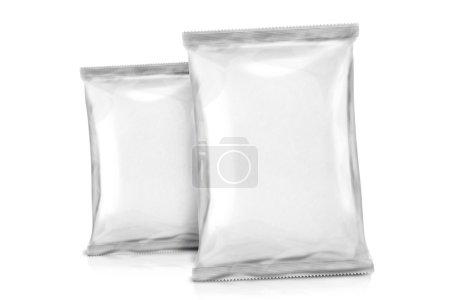 Photo pour Deux blancs d'emballage vide. paquet de feuilles. pack métal. prêt pour votre conception. isolé sur fond blanc - image libre de droit