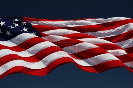 Photo pour Drapeau américain volant à un mât de drapeau. - image libre de droit