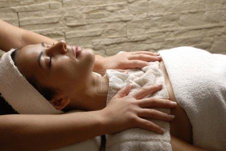 Photo pour Belle jeune femme au salon de beauté spa reçoit un traitement de corps. - image libre de droit