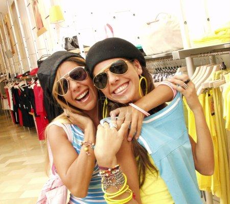Photo pour Shopping convivial dans un magasin - image libre de droit