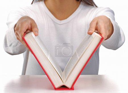 Photo pour Jeune femme ouvrant un livre rouge . - image libre de droit