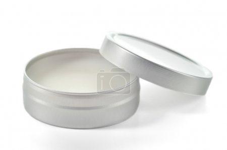Photo pour Beurre de karité pur en étain métallique isolé sur fond blanc. Baume à lèvres et baume beauté parfaits . - image libre de droit