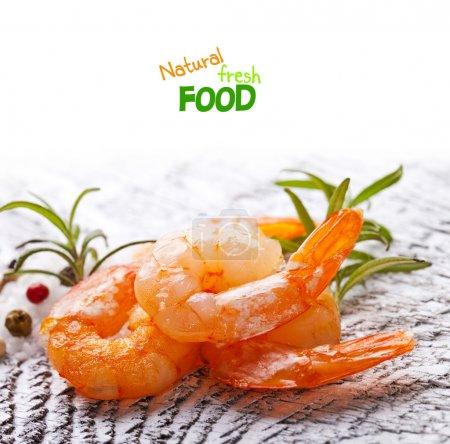 Photo pour Queues rôties de crevettes au romarin frais - image libre de droit