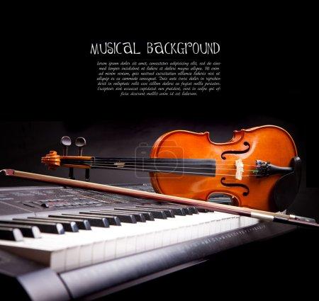 Photo pour Clés pour violon et piano sur noir - image libre de droit