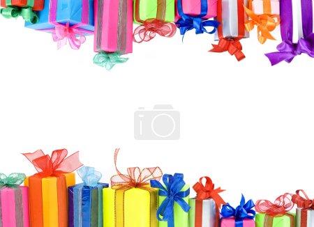 Photo pour Boîtes cadeaux colorés avec des noeuds de rubans, cartes sur blanc - image libre de droit