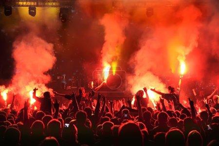 Photo pour Acclamation de la foule au concert, musiciens sur scène - image libre de droit