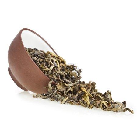 Photo pour Thé vert dans une tasse de thé en argile isolé sur blanc - image libre de droit