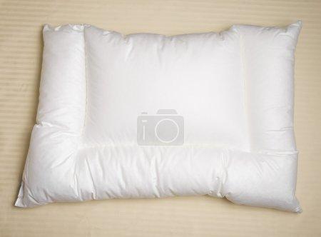 Photo pour Blanche oreiller orthopédique avec feuilles beiges - image libre de droit