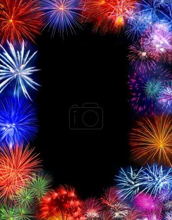 Photo pour Beaux feux d'artifice explosant sur un ciel de nuit avec espace copie - image libre de droit