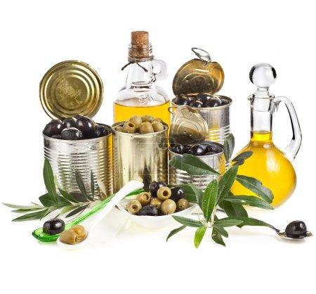 Photo pour Olives fruits en conserve et huile d'olive en carafe sur fond blanc - image libre de droit