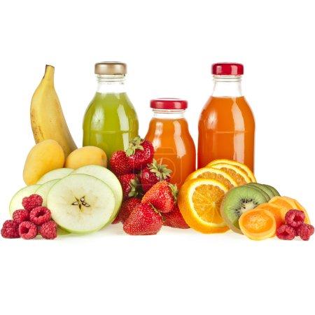 Photo pour Mélangé à partir de nombreux fruits frais et jus dans des verres sur blanc - image libre de droit