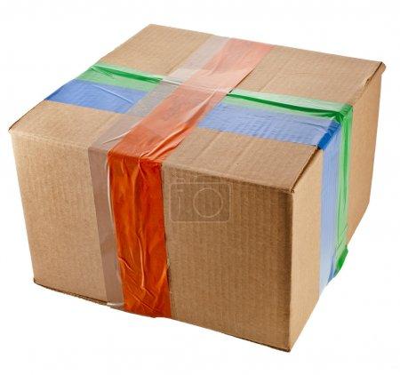 Verpackungsbox mit farbigem Klebeband verschlossen