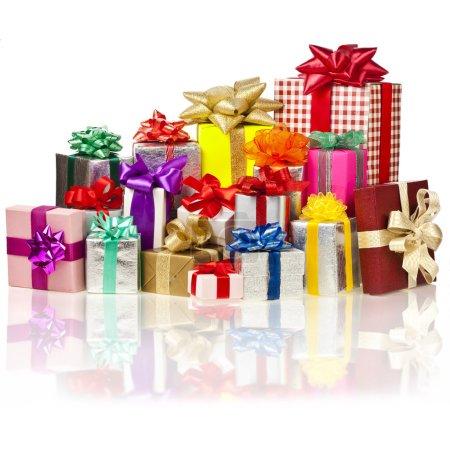 Photo pour De nombreuses boîtes-cadeaux colorées avec des arcs isolés - image libre de droit