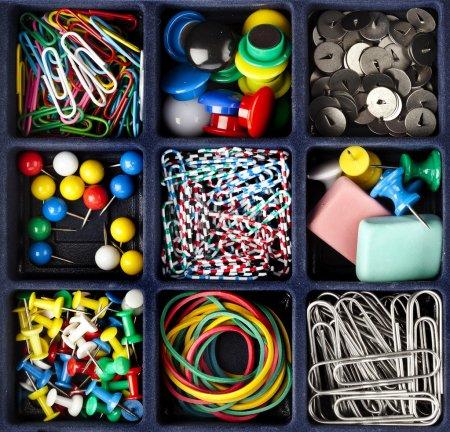 Photo pour Collection papeterie en boîte noire vue de dessus - image libre de droit