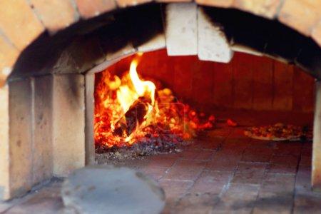 Photo pour Four à bois pour la fabrication de pizza . - image libre de droit