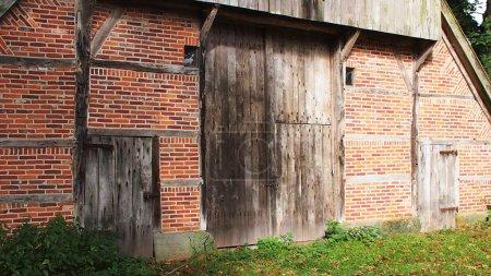 Photo pour Classique entrée néerlandaise de Grange avec des portes authentiques et Bricks - image libre de droit