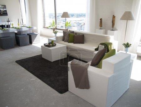 Photo pour Salon intérieur d'une maison-témoin dans un gratte-ciel - image libre de droit