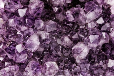 Photo pour Améthyste en gros plan, Quartz, Dioxyde de silicium, Isolé sur fond blanc - image libre de droit