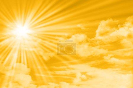 Foto de Amarillo del cielo con nubes, el sol y los rayos del sol - Imagen libre de derechos