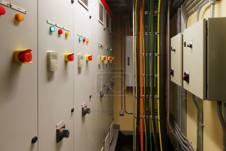 Photo pour Salles de contrôle électrique mécanique sont une partie nécessaire de chaque nouveau bâtiment. ils contrôlent la chaleur, la climatisation, alimentation légère et électrique - image libre de droit