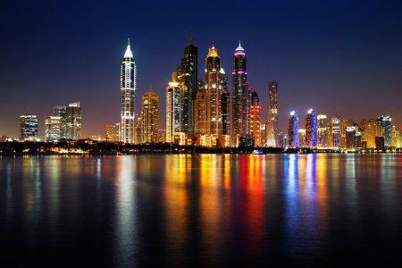 Photo pour Dubai Marina, Émirats arabes unis au crépuscule vu de Palm Jumeirah, cette vue sur l'horizon est tout simplement spectaculaire - image libre de droit