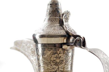 Photo pour Une récolte en gros plan d'un datala orné qui est un pot en métal avec un long bec conçu spécifiquement pour faire du café arabe - image libre de droit
