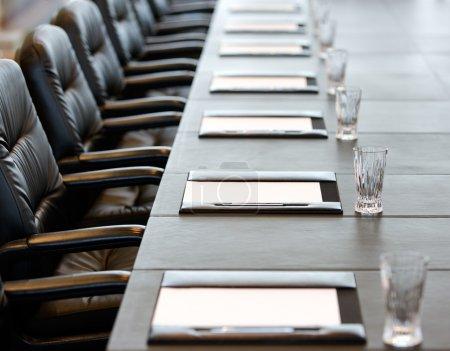 Photo pour La table de la salle de conférence est définie pour l'Assemblée générale annuelle - image libre de droit