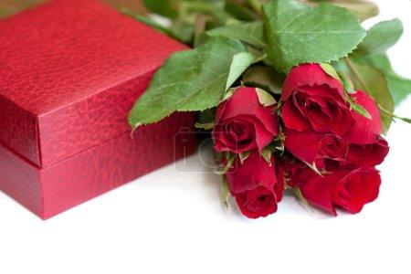 Photo pour Boîte d'emballage et roses rouges - image libre de droit
