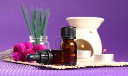 Photo pour 2 bouteilles d'huile essentielle, des brûleurs de l'aromathérapie et des bougies. Let ' s go spa! - image libre de droit